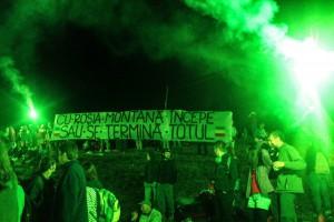 """Gruparea fascistă """"Uniți sub tricolor"""", formată în special din membri ai galeriilor de fotbal, a fost bine primită de către organizatori în seara în care a avut loc agresiunea și chiar li s-a mulțumit de pe scenă pentru implicarea în cadrul campaniei Salvați Roșia Montană."""