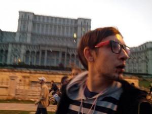 """Activist anti-fascist agresat fizic în cadrul protestelor pentru Roșia Montană din București de către extremiști pe motiv că vorbea într-o altă limbă și că îi lipsea un steag național. Incident petrecut în urma comasării protestului cu """"marșul pentru Basarabia."""""""